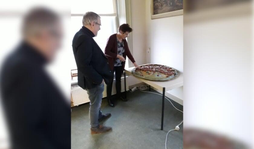<p>RIJSSEN - Koos van der Burgh (links) met kunstenares Ingrid Hegeman die de maquette maakte van middeleeuws Rijssen maakte.&nbsp;</p>