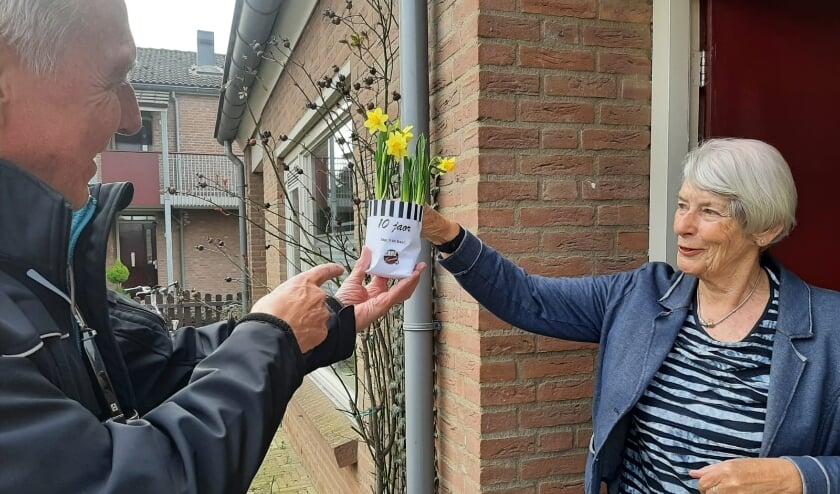 <p>Willem maakt mevrouw van Kalkeren blij met het lustrumplantje.</p>