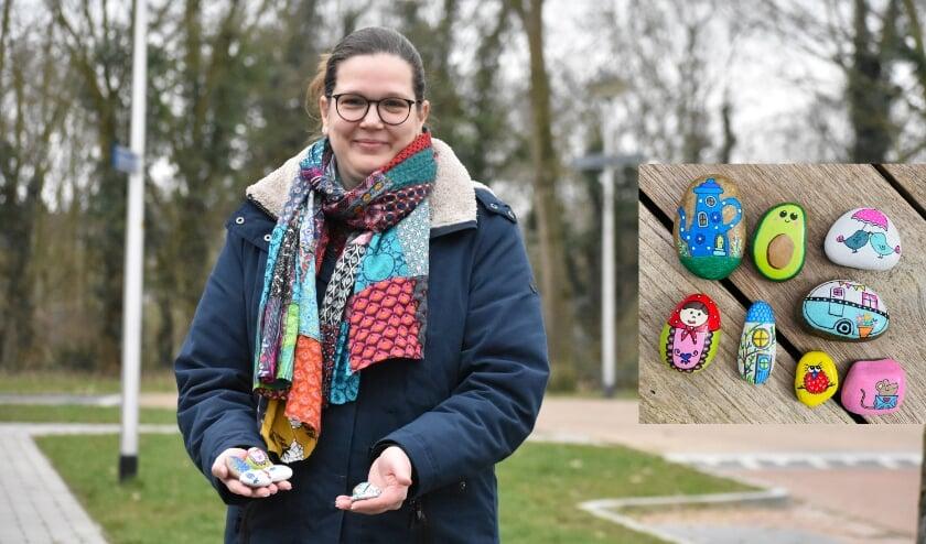 <p>Monique Hietbrink beschildert stenen en laat deze vervolgens ergens zwerven in de gemeente Wierden. (Foto: Jolien van Gaalen) / Inzet: eigen foto).</p>