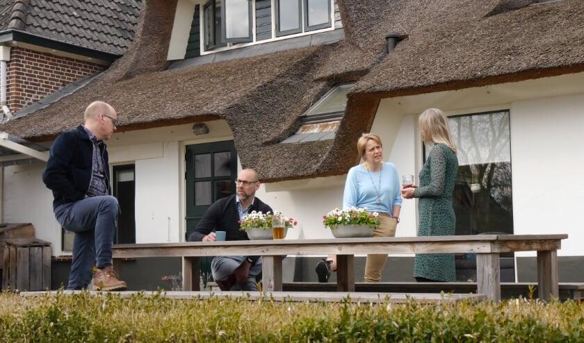 <p>Coby en Gert Knijnenberg en Harold en Erna Aalbers op het terras van de Wingerd in Wapenveld.</p>