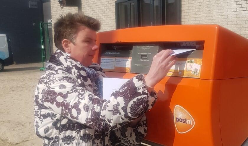 <p>Femke doet de bestellingen op de bus.</p>