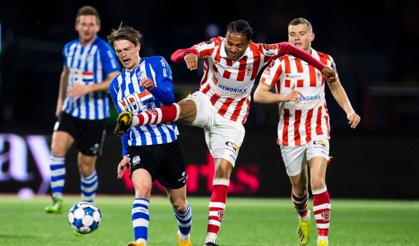<p>Trevor David van Top OSS vecht een duel uit met FC Eindhoven-speler Mitchel van Rosmalen. (Foto: Johan Manders).</p>