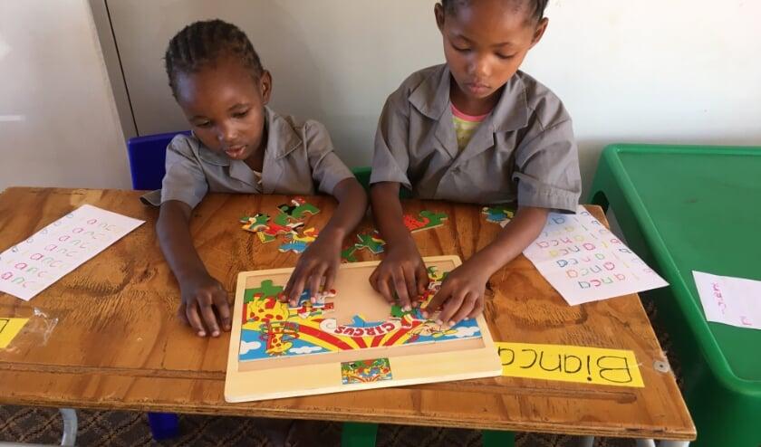 <p>De opbrengst van de sieradenverkoop wordt gebruikt voor de realisatie van een toilet- en doucheruimte bij een school in Ombyarundu. Op de foto: schoolkinderen uit Namibi&euml; spelen met speelgoed uit Nederland.</p>