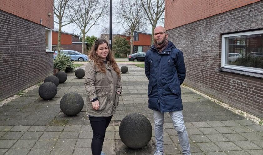 <p>Sanne Telgenkamp en Martijn Smits bij de bollen in Snel en Polanen.&nbsp;</p>