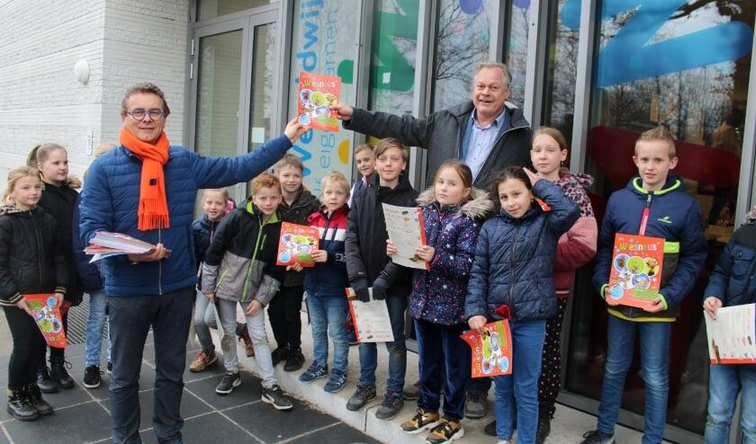 Hans van Ark reikte het eerste exemplaar uit aan directeur Henk van de Visch