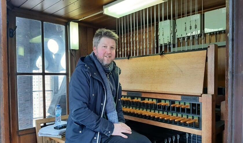 <p>Stadsbeiaardier Richard de Waardt bij zijn carillon, helemaal bovenin de Laurenskerk, vlak onder het dak.</p>