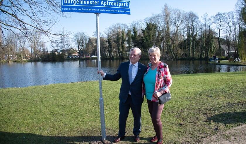 <p>Trots poseren Charlie en Heleen Aptroot bij het straatnaambordje. Foto: Gerard van Warmerdam</p>