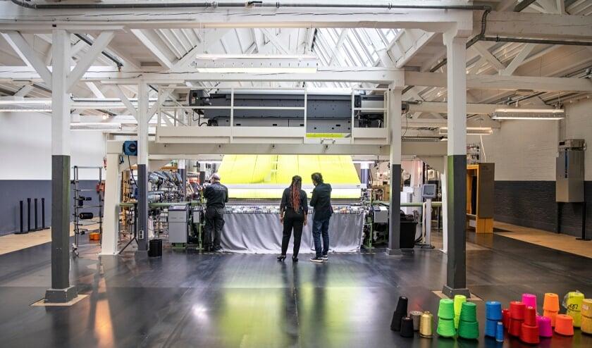 <p>De nieuwe machine in het TextielLab, waarmee producties van 3,5 meter breed in een keer gemaakt kunnen worden. Foto: Josefina Eikenaar-TextielMuseum</p>