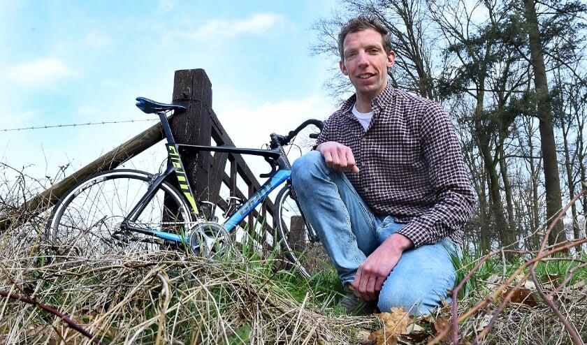 <p>Roel Hunting fietst voor het Koningin Wilhelmina Fonds voor de Nederlandse Kankerbestrijding.</p>