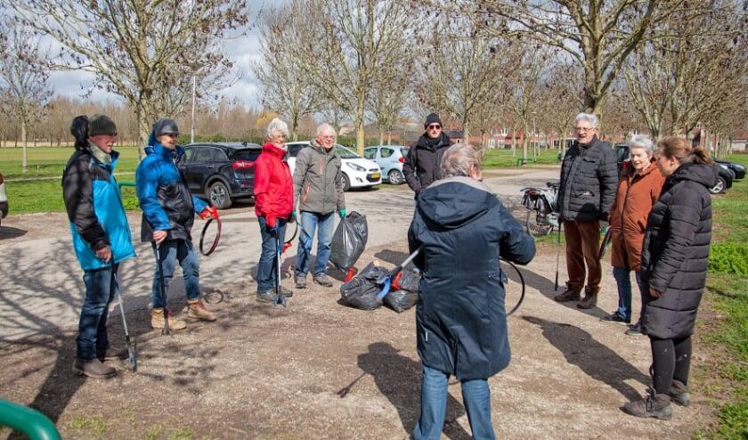 <p>Nog even napraten met een aantal van de deelnemers. (Foto: Cees van Meerten/FotoExpressie)</p>