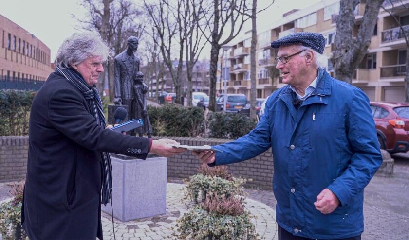 <p>Joop Sanders (rechts) neemt het eerste exemplaar van &#39;Nijverdal in oorlog&#39; aan van Dinand Webbink. Zij troffen elkaar hiervoor in Amsterdam, waar Joop tegenwoordig woont.</p>