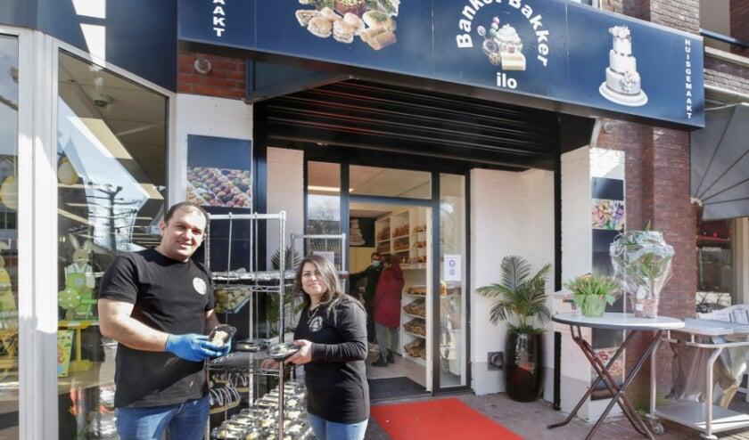 <p>Youseph Ilo en zijn vrouw Sabah bij de nieuwe banketbakkerij in Heeze.</p>