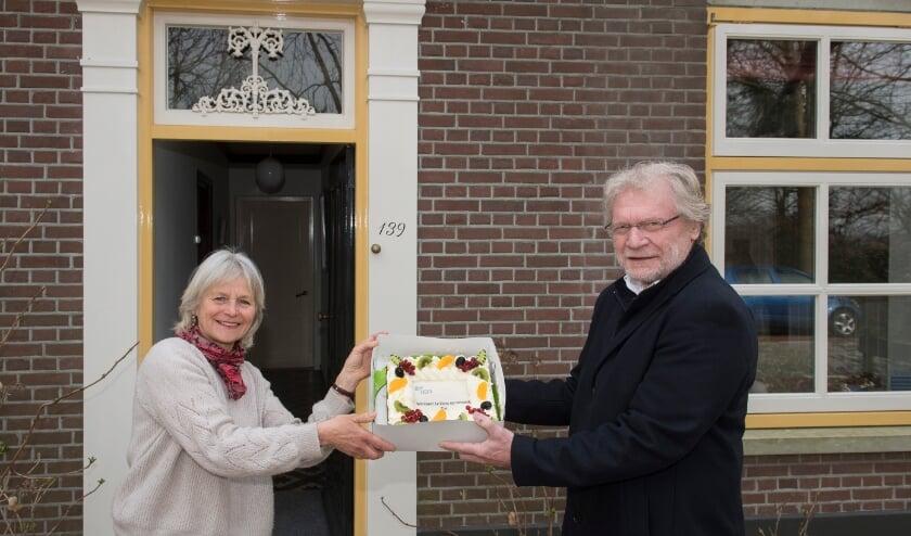 <p>Wethouder Ben Brink overhandigt een feestelijke traktatie aan de eerste actieve gebruiker, mevr. Wijnbergen in Tiel. Foto: Fotobureau Rapha&euml;l Drent.</p>