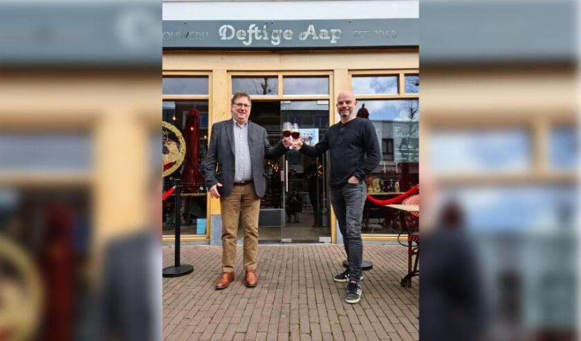 <p>Hein Gruijters (l) en Mark van den Bogaard (r) proosten op de nieuwe voorzitter.</p>