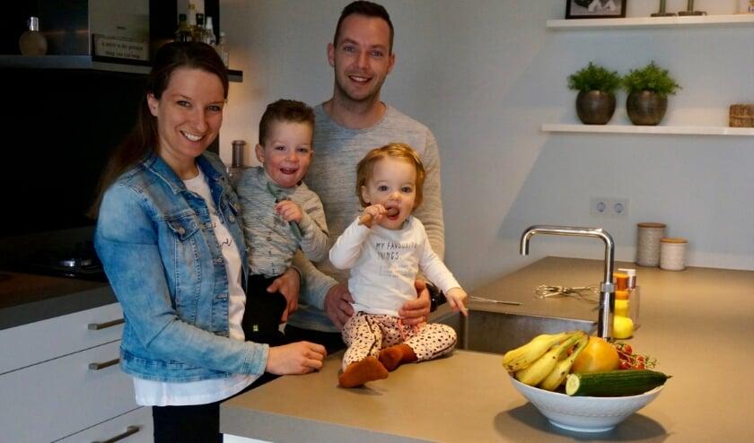<p>Miriam en Remon en hun kinderen Sven (links) en Jessie. Miriam: &quot;Je wilt niet weten wat je online voor gerechten tegenkomt.&quot;</p>