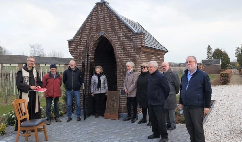 <p>Mondkapje af, foto, mondkapje weer op. In kleine kring werd de Rossumse kapel ingewijd. Door corona volgt de offici&euml;le opening later dit jaar.</p>