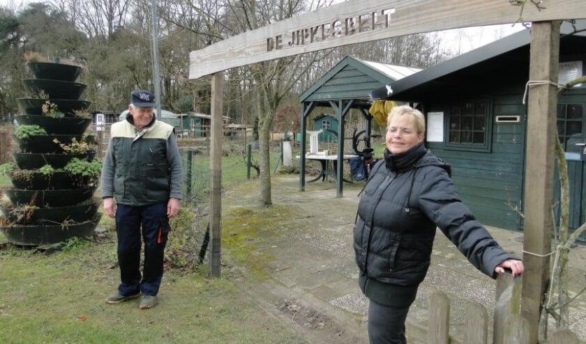 <p>Bert Bannink en Barbara Plaggenmarsch bij de blokhut op het volkstuincomplex De Jipkesbelt.</p>