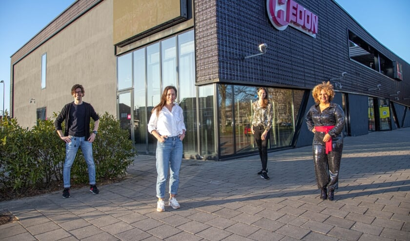 <p>Van links af Zwolle Justin Daems (Travers), Simone Boshove (SamenOuderen), Karin Westrup &nbsp;en presentatrice Gina Maria.</p>