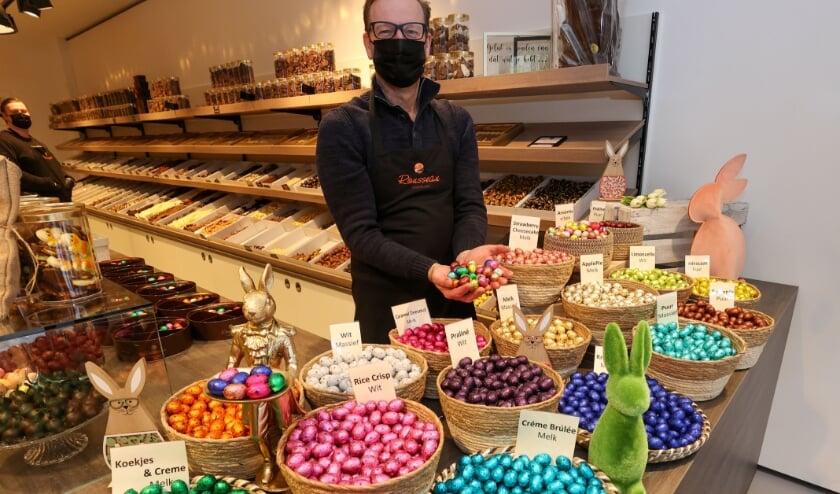 <p>Ron Derksen van Rousseau chocolade in Veldhoven is van mening dat het zelf schilderen van paaseieren afneemt. FOTO: Bert Jansen.&nbsp;</p>
