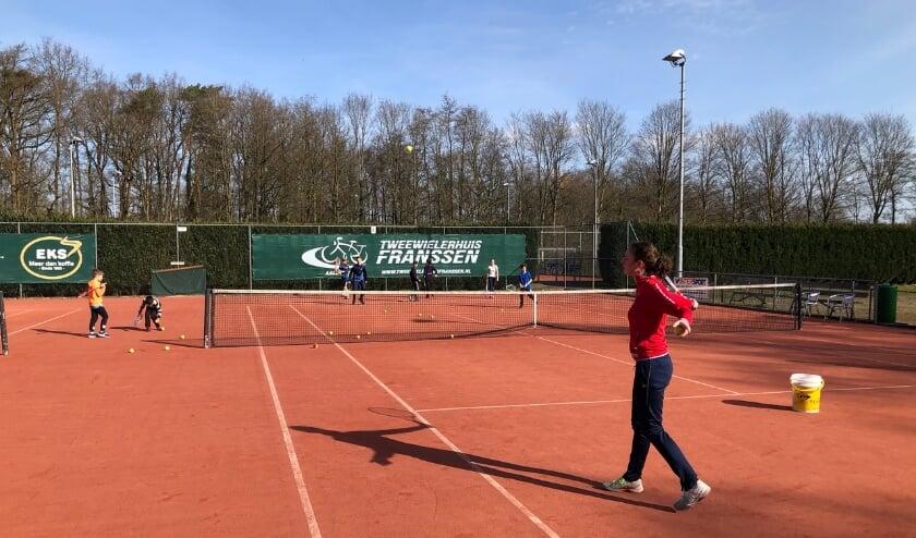 <p>Eeckenrode&rsquo;s jeugd traint met de spelers van het eerste team&nbsp;</p>