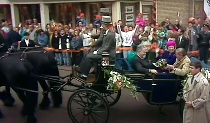 <p>Still uit de televisie-uitzending van 30 april 1991. Koninklijke koets rijdt &rsquo;t Jach op.</p>