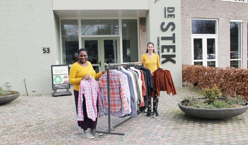 <p>Voor de foto hebben Pauline van Dam en Jolanda Schrauwen een kledingrek van ShopvoorNop naar buiten gereden.</p>