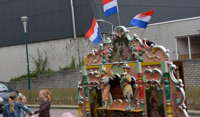 <p>De vlaggetjes op draaiorgel &lsquo;Juffertje&#39; wapperden in de wind op de vrolijke muziek, waarmee woonzorgcentrum De Lindewaard de mineurstemming verdreef. Foto: Janneke Severs-Hilgeman.&nbsp;</p>