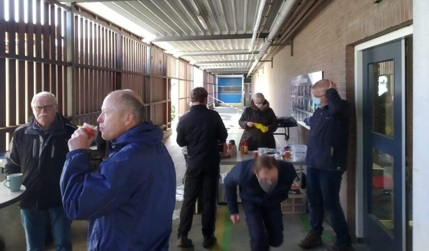 <p>Leden van KSW genieten van een welverdiende kop koffie, tussen het bezorgen van de compost door. Jellie schenkt (op de achtergrond 'want het gaat niet om mij') de koffie in.</p>