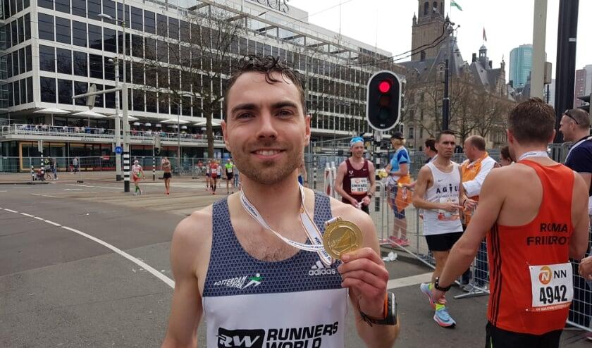 <p>Marco van Etten bij de Coolsingel na zijn marathon van 2018 in 2.26.51 uur. Een jaar later was hij n&oacute;g sneller: 2.23.21 uur. (Foto: Emile Hilgers)</p>
