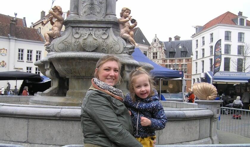 <p>Josien: &quot;Die hekken rond de fontein mogen ze van mij direct weghalen.&quot; (foto Gerreke van den Bosch)</p>