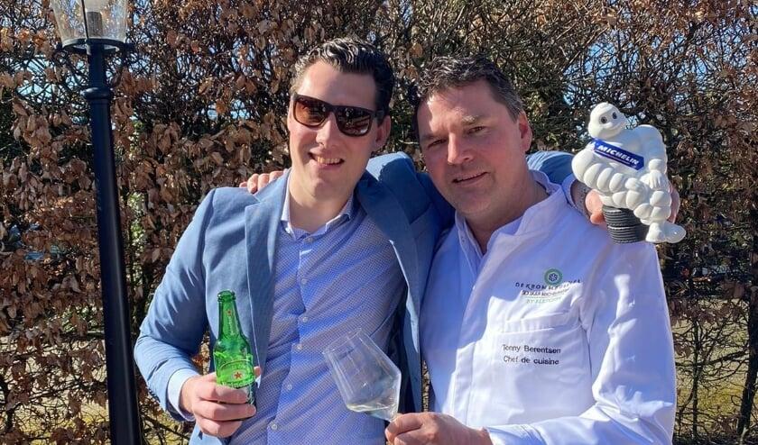 <p>Tonny Berentsen (rechts) van Restaurant De Kromme Dissel en Tom Lamers van Restaurant Het Koetshuis proosten op het behoud van de Michelin-sterren.</p>