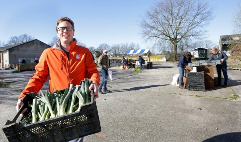<p>Wytse de Jong, voorzitter van Herenboeren De Groote Heide met een gedeelte van de oogst van afgelopen zaterdag.</p>