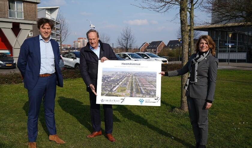 <p>V.l.n.r. Wim van der Kooij junior en Wim van der Kooij senior (eigenaren van der Kooy Vastgoed), Margreet van Driel (wethouder)</p>