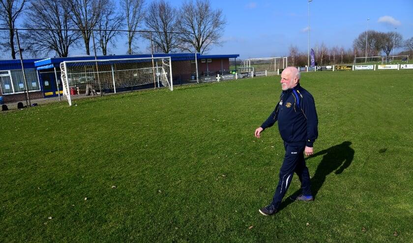 <p>Bertus van der Heijden wandelt over de groene mat van vv Hulsel. Foto: Jan Wijten</p>