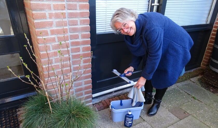 <p>Sjanie Hoogenboom doet haar ramen even tijdens het eten koken.</p>