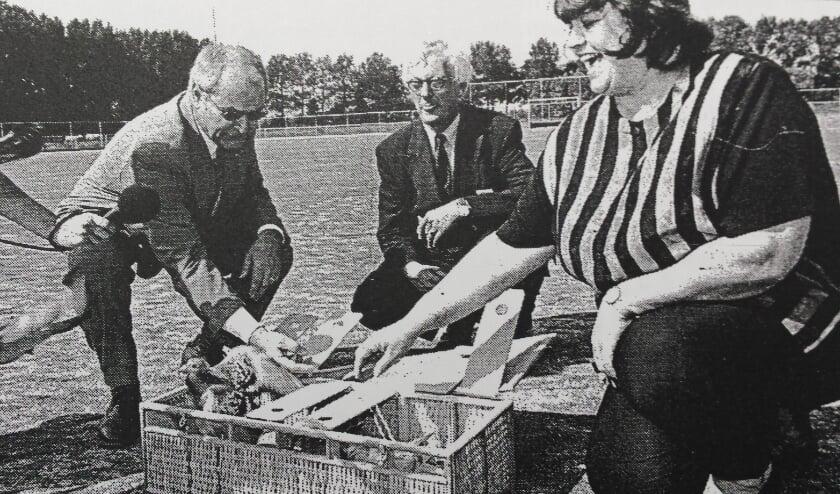 <p>Juni 1998. Burgemeester Van Osch van Westervoort, Roel Rosbag en de Duivense wethouder Van der Pijl bij het eerste kunstgrasveld.</p>