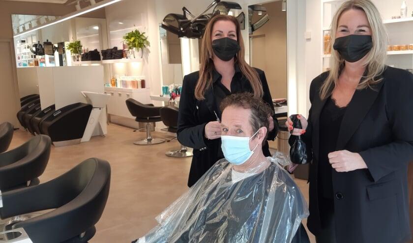 <p>Ook het haar van verslaggever Frans Limbertie kan na al die maanden wel een goede knipbeurt gebruiken.</p>