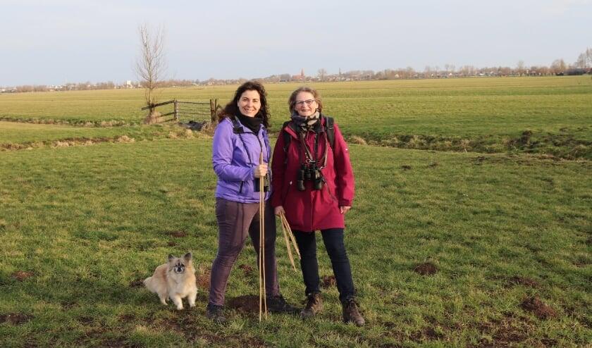 <p>Marian en Berlinda in het buitengebied op zoek naar weidevogelnesten, met Montfoort op de achtergrond. ''Lekker buiten bezig zijn, midden in de natuur.'' &nbsp;</p>