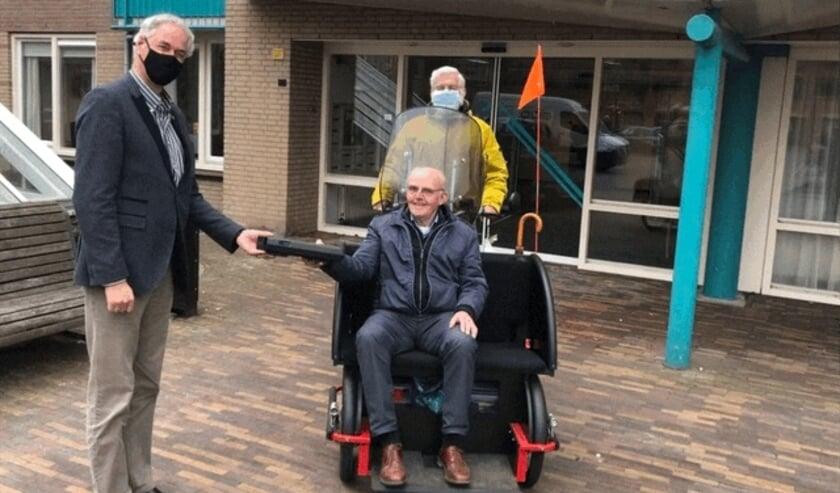 Op de foto van links naar rechts Arnold Dijkstra (president Lionsclub Best Oirschot), Frits van der Heijden (voorzitter Stichting Geniet op de Fiets) en Frans Bergen (penningmeester van de stichting).