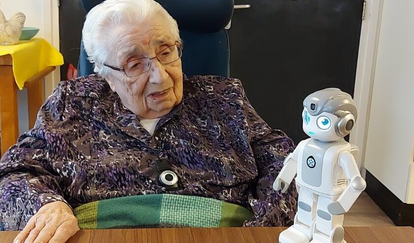 <p>Een bewoonster van woonzorgcentrum De Wielewaal in gesprek met Maatje. De zorgrobot blijkt nog veel meer te kunnen dan alleen praten.&nbsp;</p>
