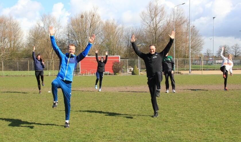 <p>Josko Koelemeijer (rechts) en Arjen Krouwel doen een oefening voor.</p>