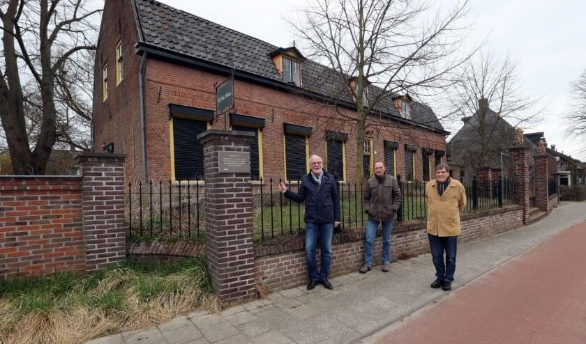 <p>Vlnr: Jan van den Boom, Louis Schats en Ton van den Hurk van de Stichting Veldhoven-Dorp Historisch Bekeken.. FOTO: Bert Jansen.</p>