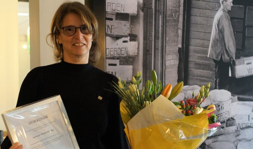 <p>Drijvende kracht achter Logeerhuis Bredius Mirjam Bijlenga ontving uit handen van Wethouder Tymon de Weger de gemeentelijke steekspeld in zilver voor haar verdiensten.</p>