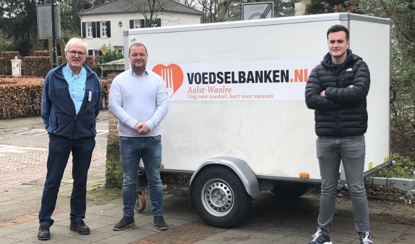 <p>Van links naar rechts: Jan Tielemans Voedselbank Waalre, Dennis Steines eigenaar van Timco Voordeelmarkt en zijn zoon Timo.&nbsp;</p>