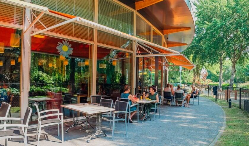 <p>Het terras van DrieMaasStede bevindt zich in een groene omgeving.</p>