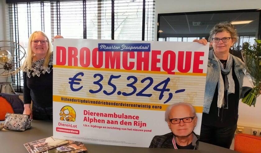 <p>Dierenambulance Alphen aan den Rijn is superblij met de cheque van Stichting Dierenlot. Foto: Facebook Dierenambulance Alphen aan den Rijn</p>
