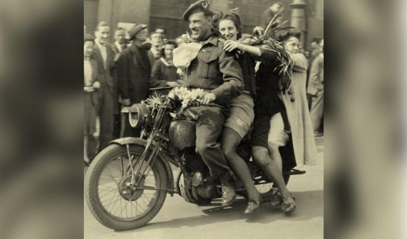 <p>Blije mensen tijdens de bevrijding, zoveel jaren geleden. En dan even uitgelaten met z&#39;n twee&euml;n bij de bevrijder achter op de motor een rondje maken.</p>