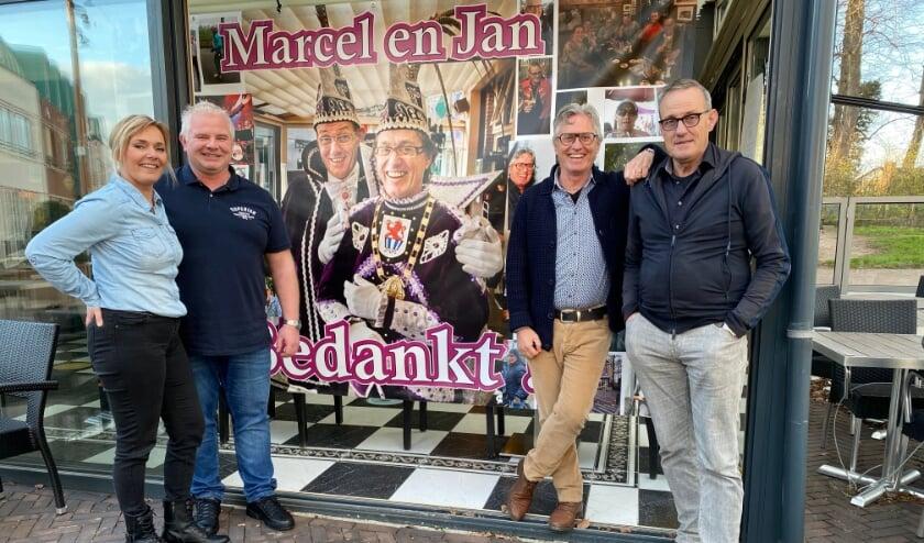 <p>Het is een droom voor Steffie en Robert (links) dat ze Grandcaf&eacute; De Snor overnemen van Marcel en Jan (rechts).</p>