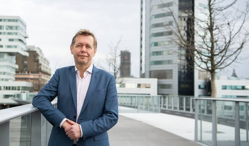 <p>Wethouder Kees Diepeveen legt uit dat Utrecht gaat voor natuurlijkere aanpak.</p>