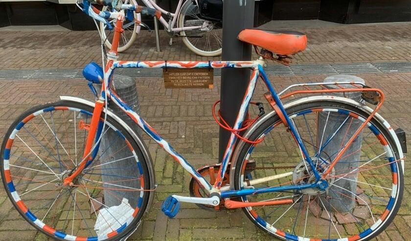<p>Zo zijn er nu allemaal beschilderde fietsen in de Stationsstraat. (foto: Jan de Roo)</p>